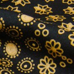 ベロアの小花を刺繍で留めつけた黒ジョーゼット
