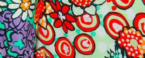 カラフルな花柄プリントのシルク